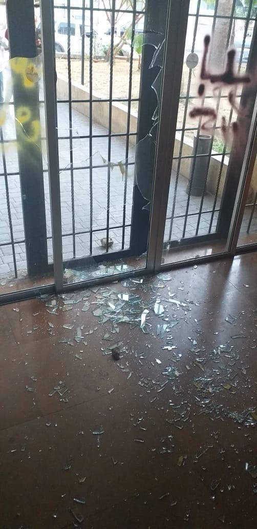 تكسير زجاج مدخل شركة الكهربا صيدا