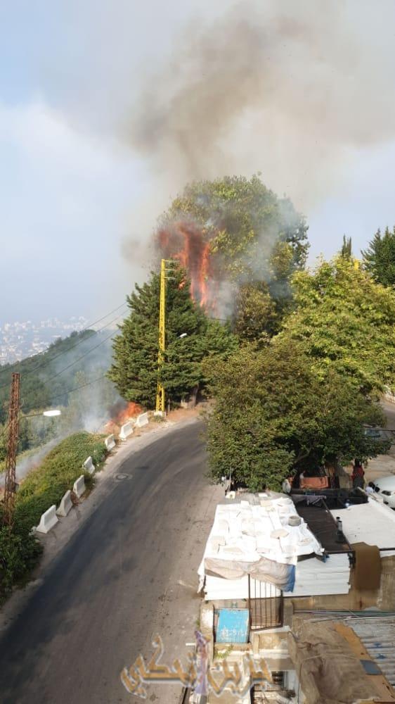 (خاص) حريق كبير مقابل مدفن بشير الجميل في بكفيا