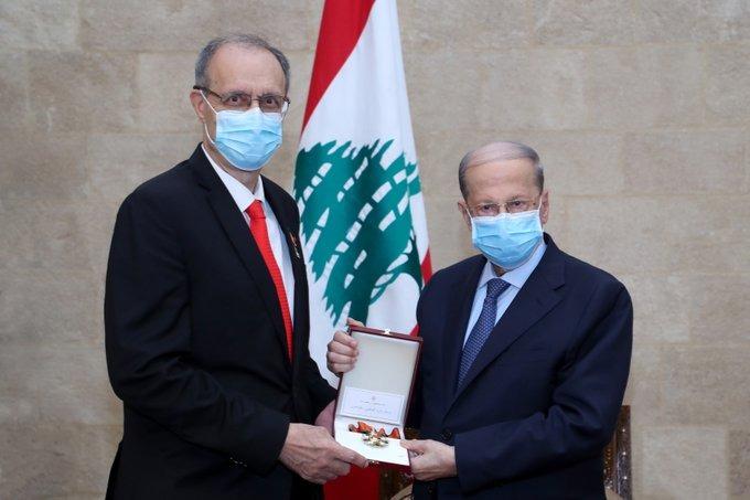 عون منح د. ناجي الصغير وسام الأرز من رتبة كومندور