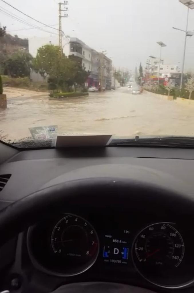 (بالفيديو) إحذروا تجمع المياه على أوتوستراد كفرجرة