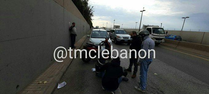 جريح نتيجة تصادم بين مركبة ودراجة نارية على أوتوستراد خلدة-بيروت
