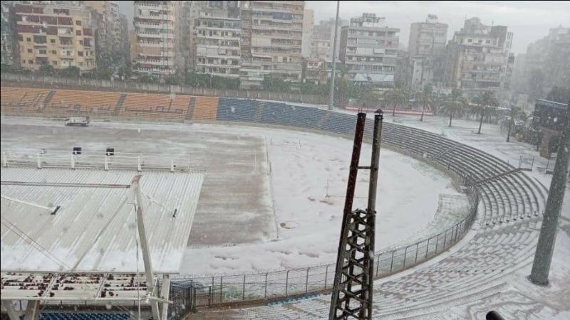 البرد الأبيض يرسم مدرجات وزوايا الملعب البلدي
