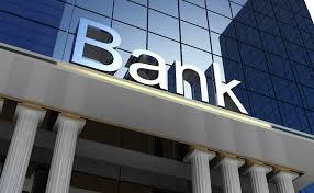 رفضوا تحويل المال لابنها... هددت باحراق نفسها في المصرف