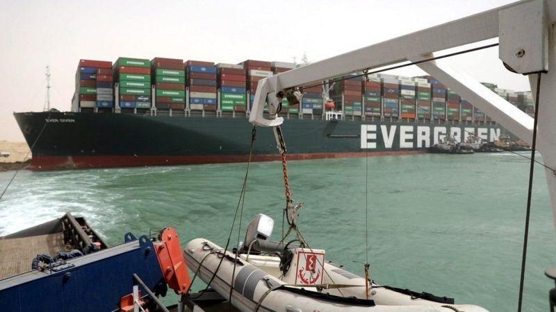 تعويم السفينة الجانحة في قناة السويس