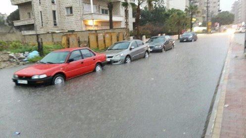 انسداد قنوات تصريف المياه في صيدا إثر السيول